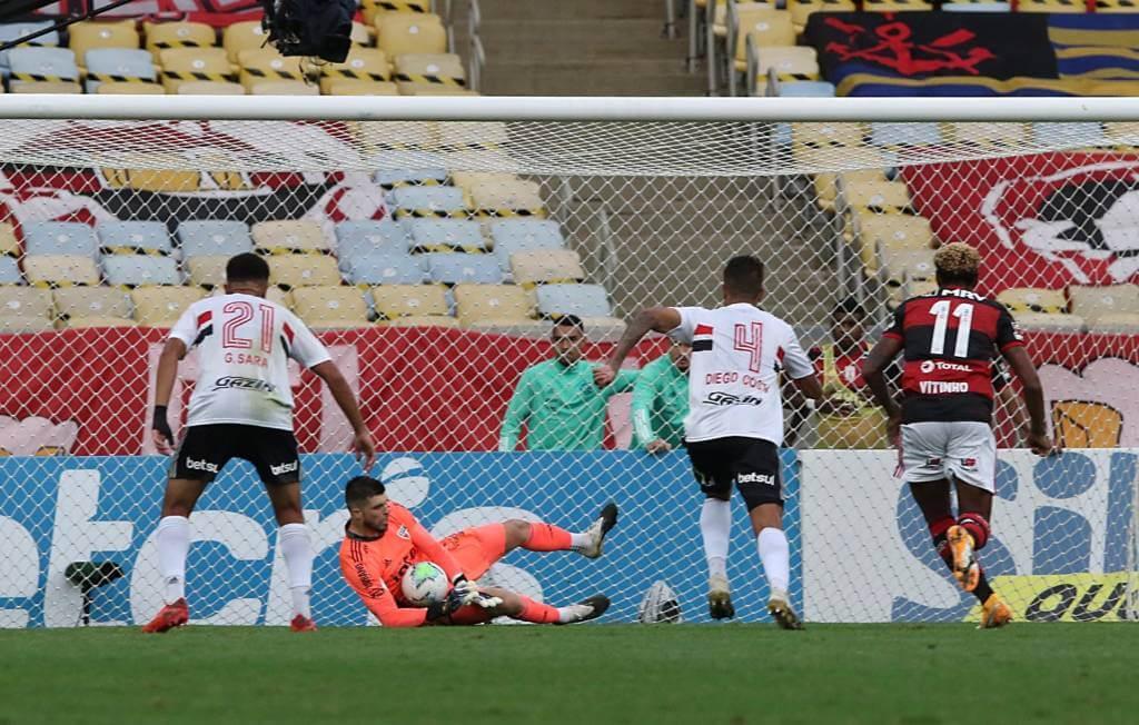 Volpi pegando um dos pênaltis contra o Flamengo no primeiro turno (Foto: Reprodução/Site MT é Notícia)
