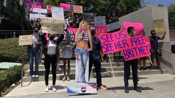 Fãs protestando pelo fim da tutela de Britney Spears.