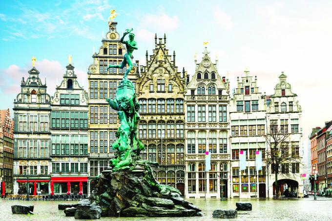 O símbolo da cidade: a estátua Sílvio Brabo, lançando uma mão na Praça Grote Markt - (Neirfy@/iStock)