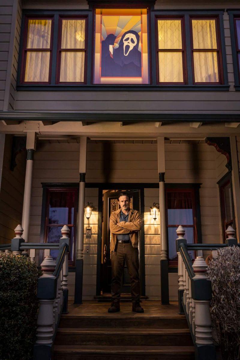 """Xerife Dewey Riley em frente a casa onde foi gravado o filme """"Pânico""""."""