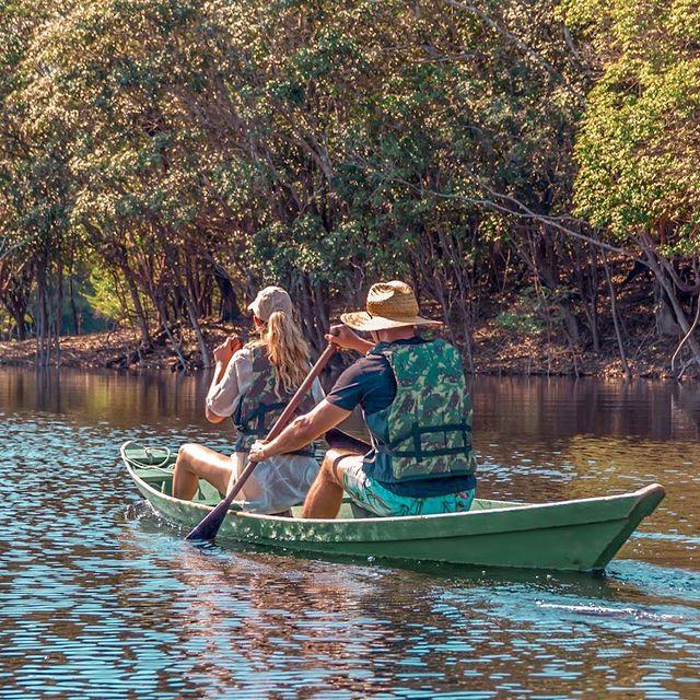 Juliana e Robinson explorando os igapós e igarapés de canoa