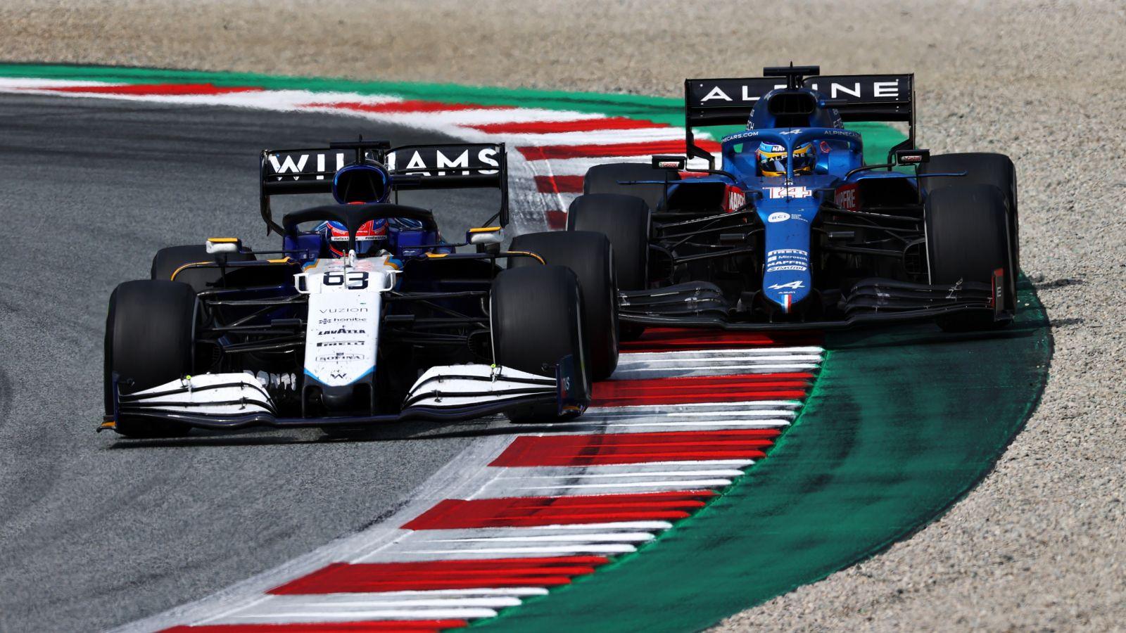 Russel e Alonso na corrida na Áustria (foto/ reprodução: Fórmula 1)