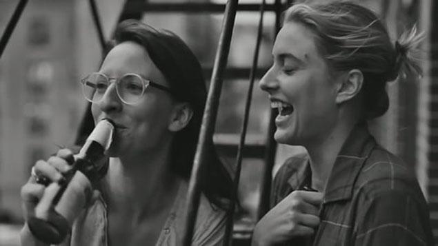 Frances e sua amiga Sophie no filme