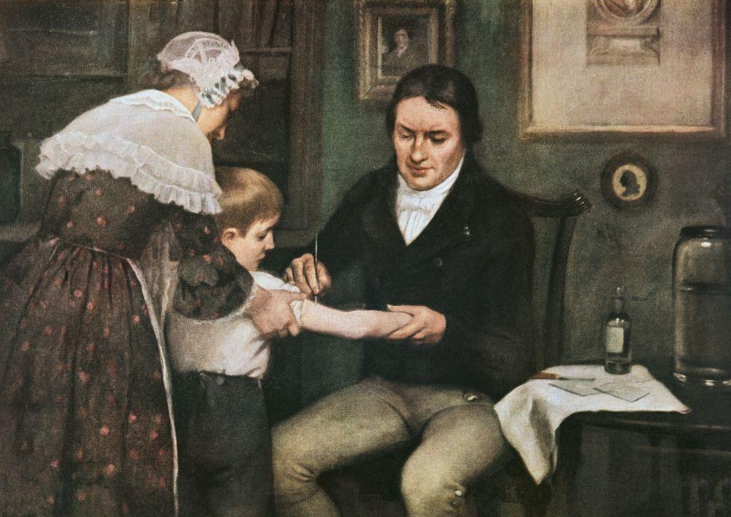 Edward Jenner (1749-1823), dando a primeira vacinação contra varíola a James Phipps, um menino de oito anos, em 14 de maio de 1796, retratado em óleo por Ernest Board.