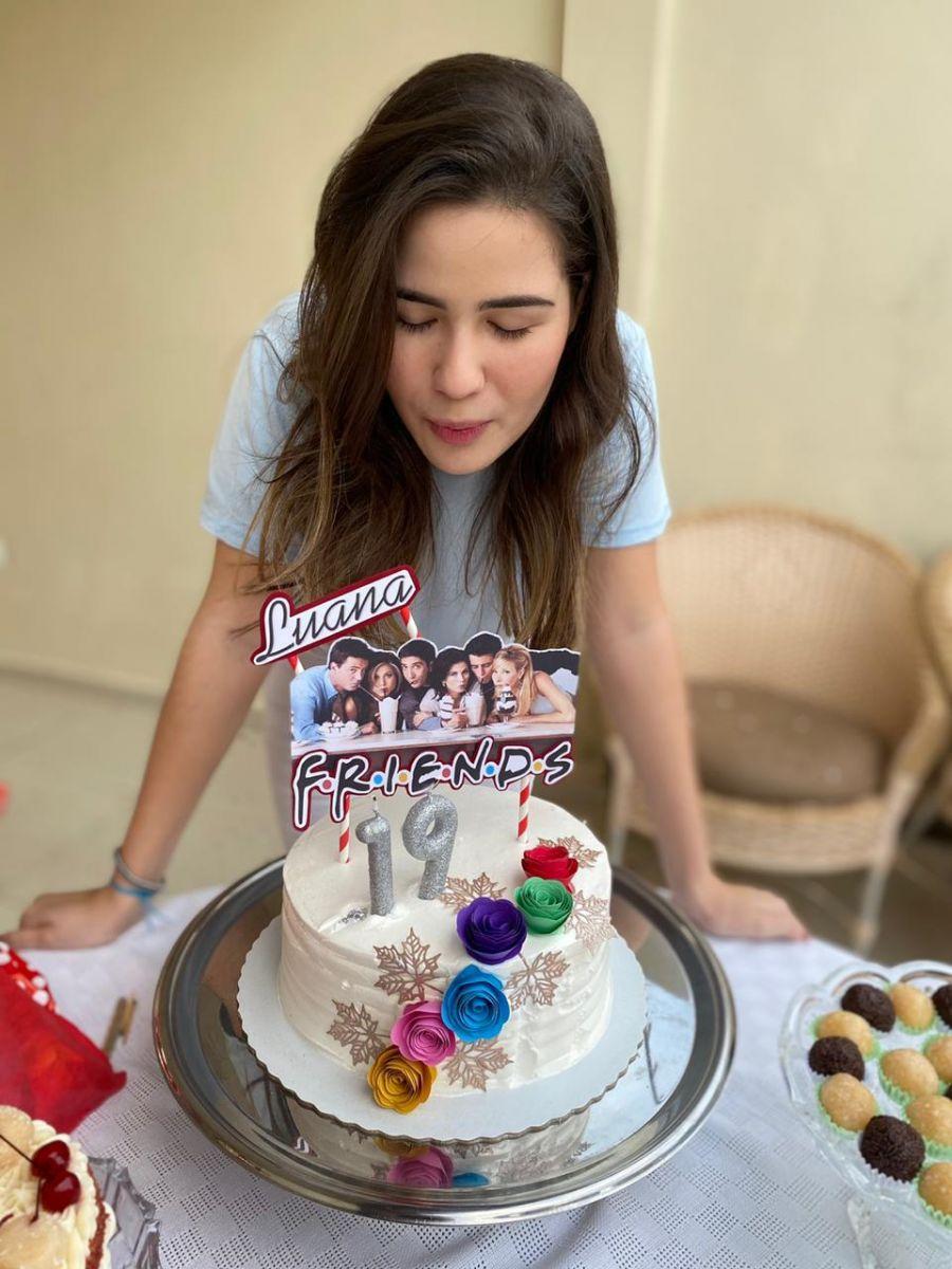 Luana aproveitou o bolo de seu aniversário para demonstrar o afeto pela série