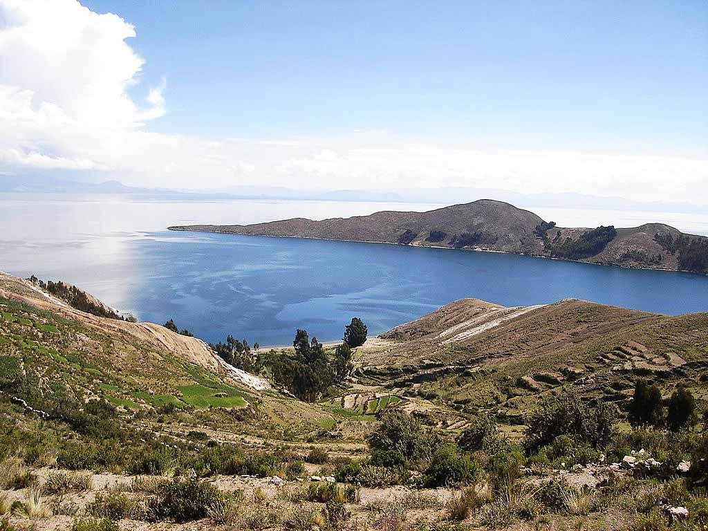 O lago Titicaca é situado na fronteira entre o Peru e a Bolívia
