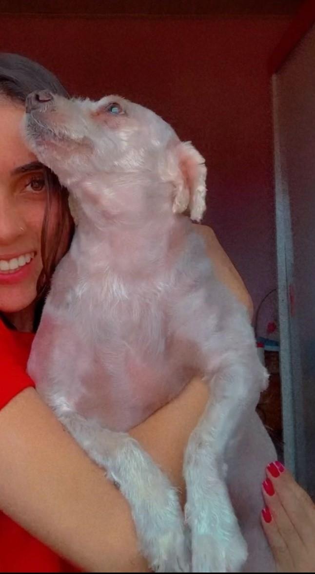 Tutora Izabella abraçada com seu animal