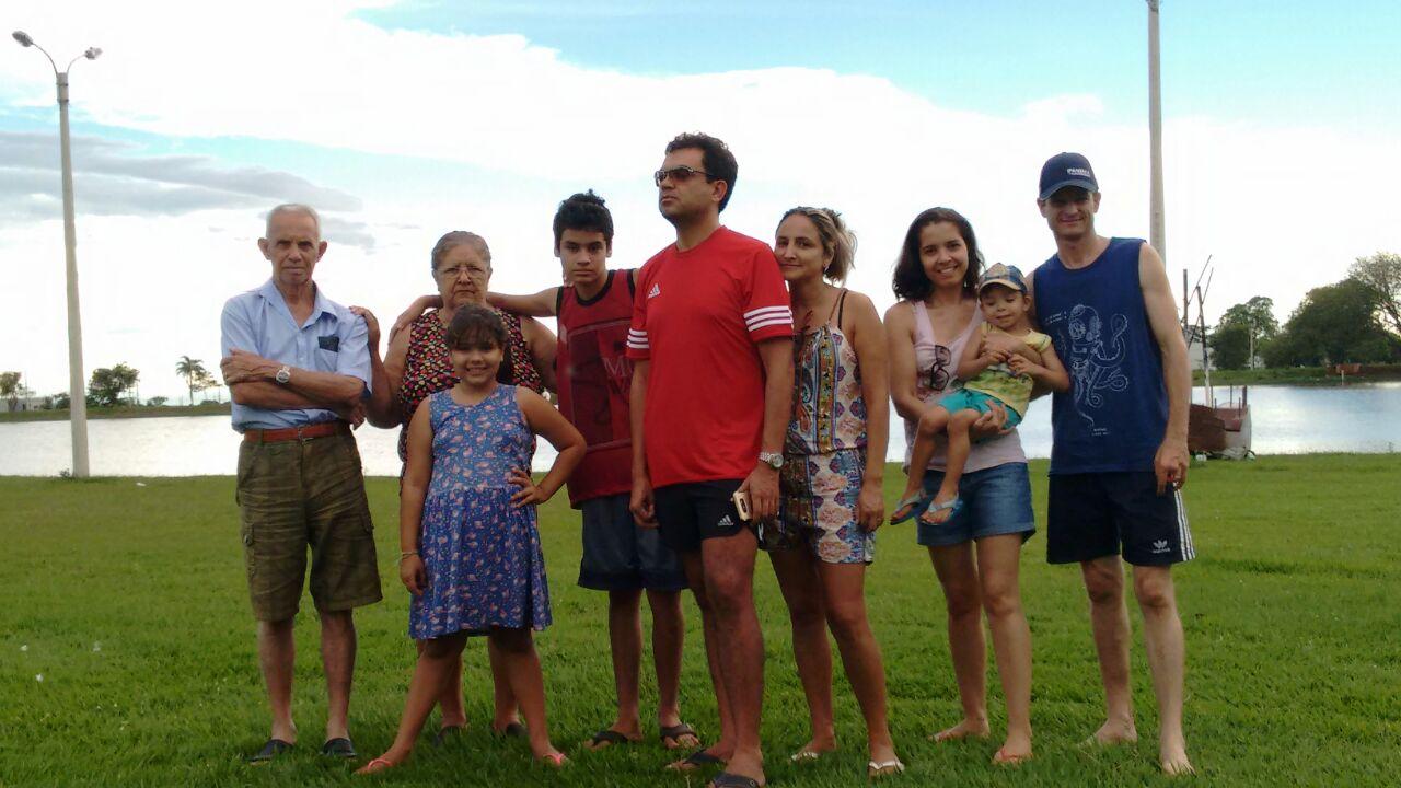 Álvaro e Tereza com seu filhos, nora, genro e netos, atualmente.
