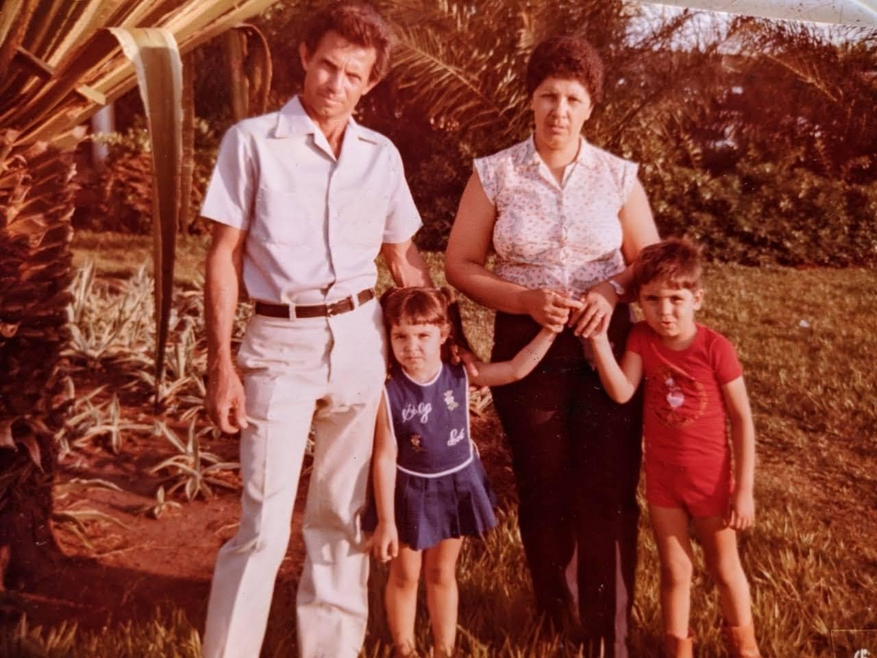 Álvaro, Tereza, Fábio e Adriana, na década de 1980.