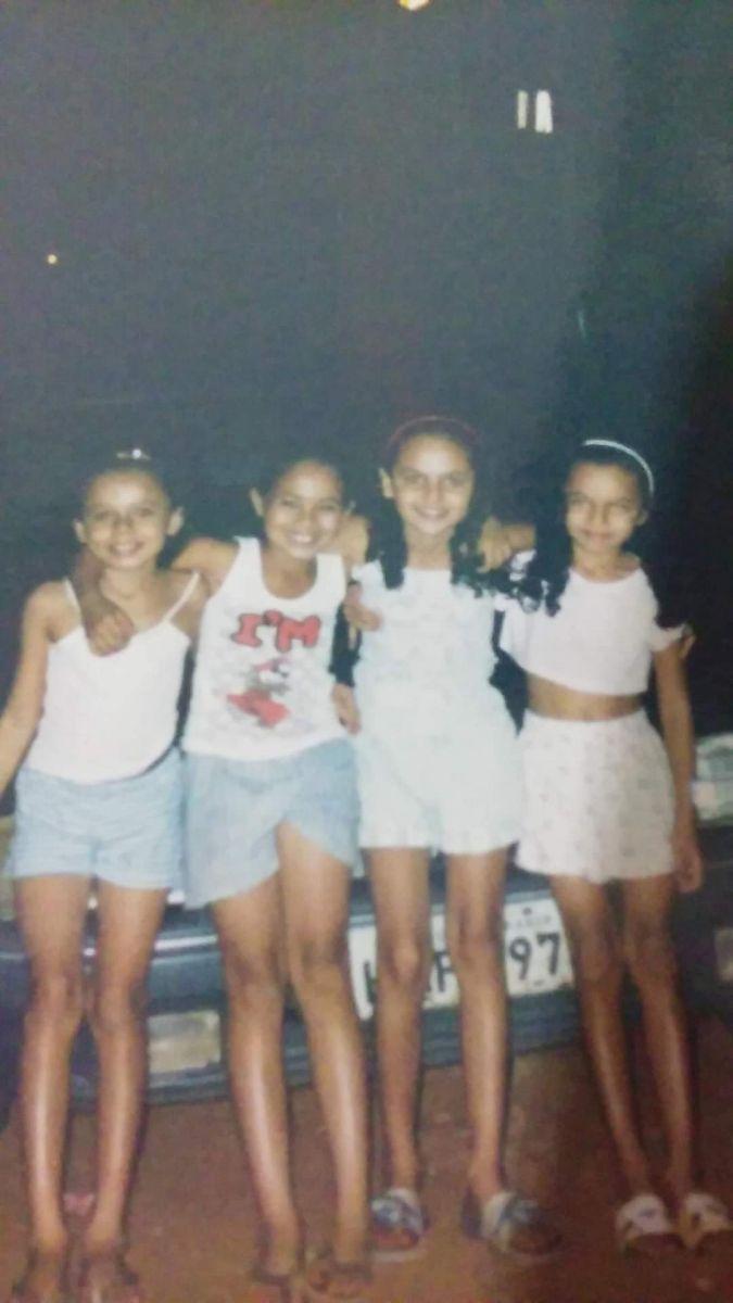 Gerciane, a terceira menina, da esquerda para a direita, aos  9 anos, em Campo Grande.
