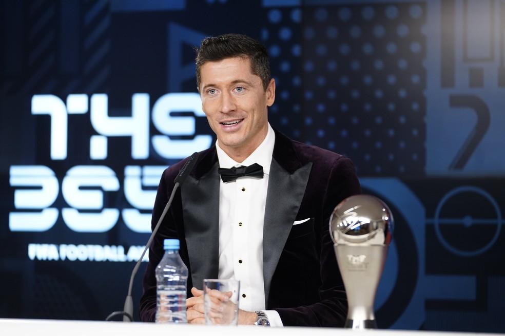 Lewandowski com o prêmio The Best (Foto: Reprodução/Twitter)