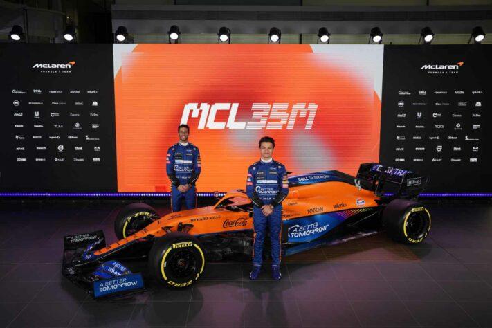 Pilotos da McLaren ao lado do novo veículo para temporada 2021