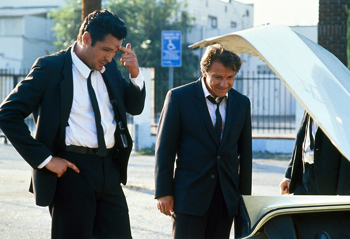 Mr. Blonde (Michael Madsen) e Mr. White (Harvey Keitel). FONTE: Miramax. Reprodução: IMDb