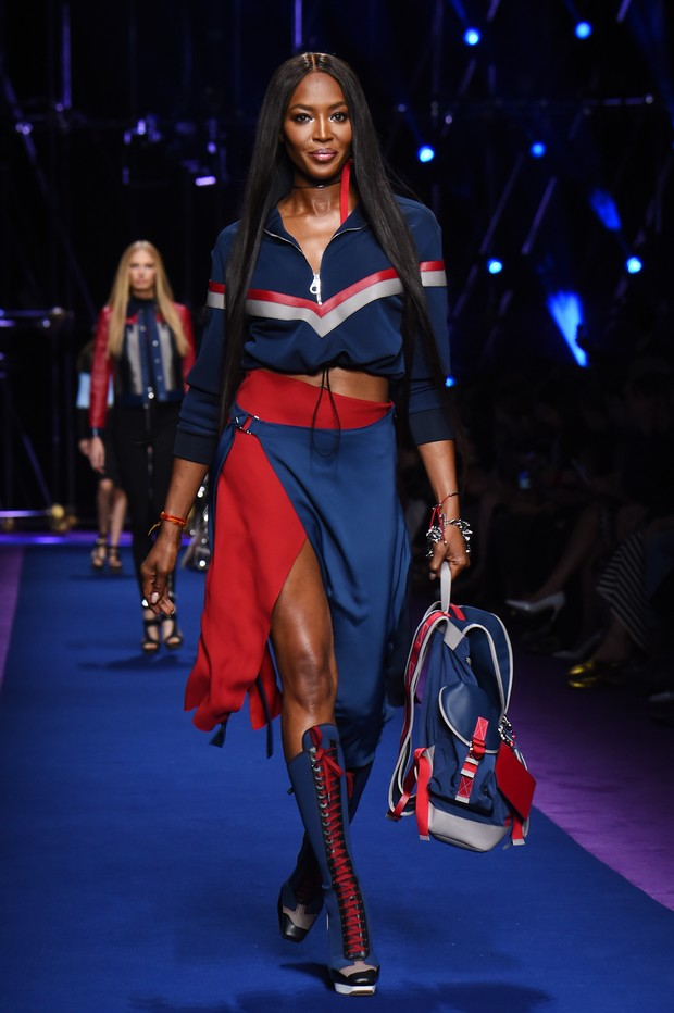 Modelo Naomi nas passarelas