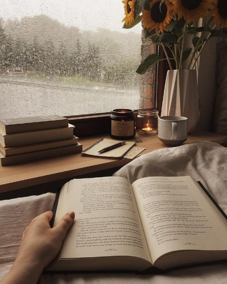 Pessoa lendo em dia chuvoso.