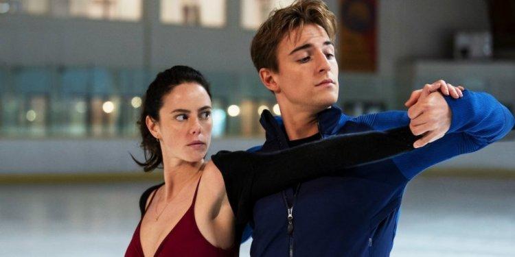 Kat Baker (Kaya Scodelario) e Justin Davis (Evan Roderick) em Spinning Out. Foto: Netflix/Divulgação.