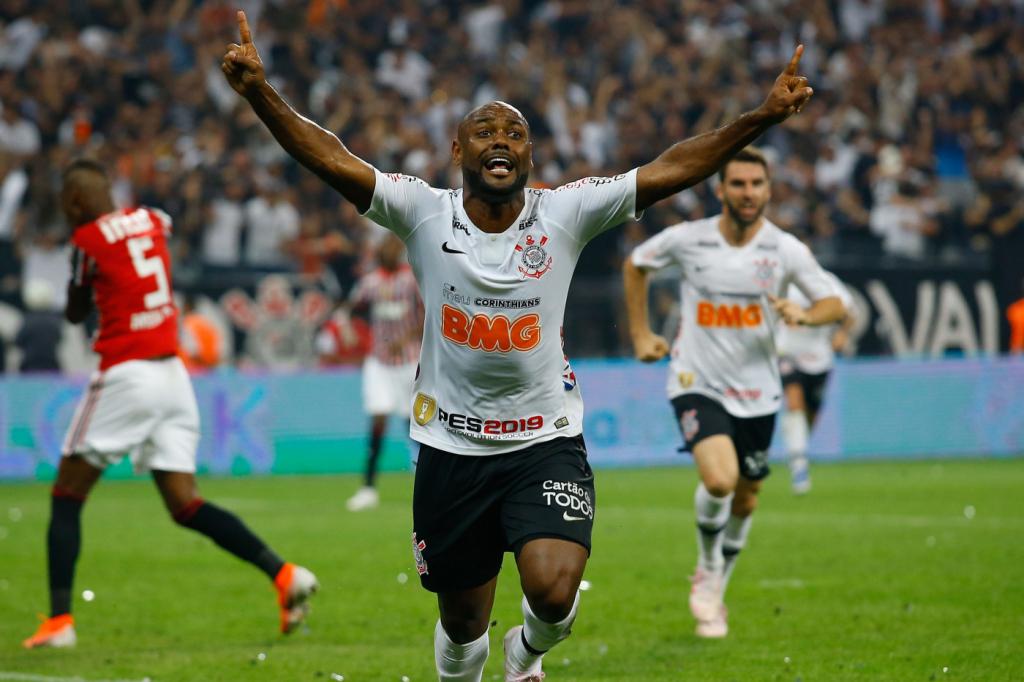 Vágner Love comemora seu gol que daria ao Timão o tricampeonato seguido