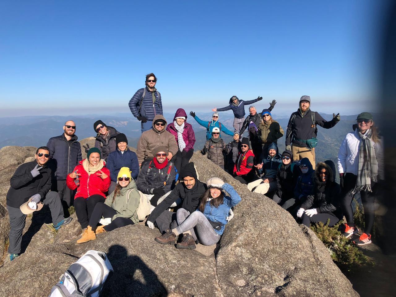 Guia Lucas Peixoto e turistas já no alto do cume - Pico dos Marins