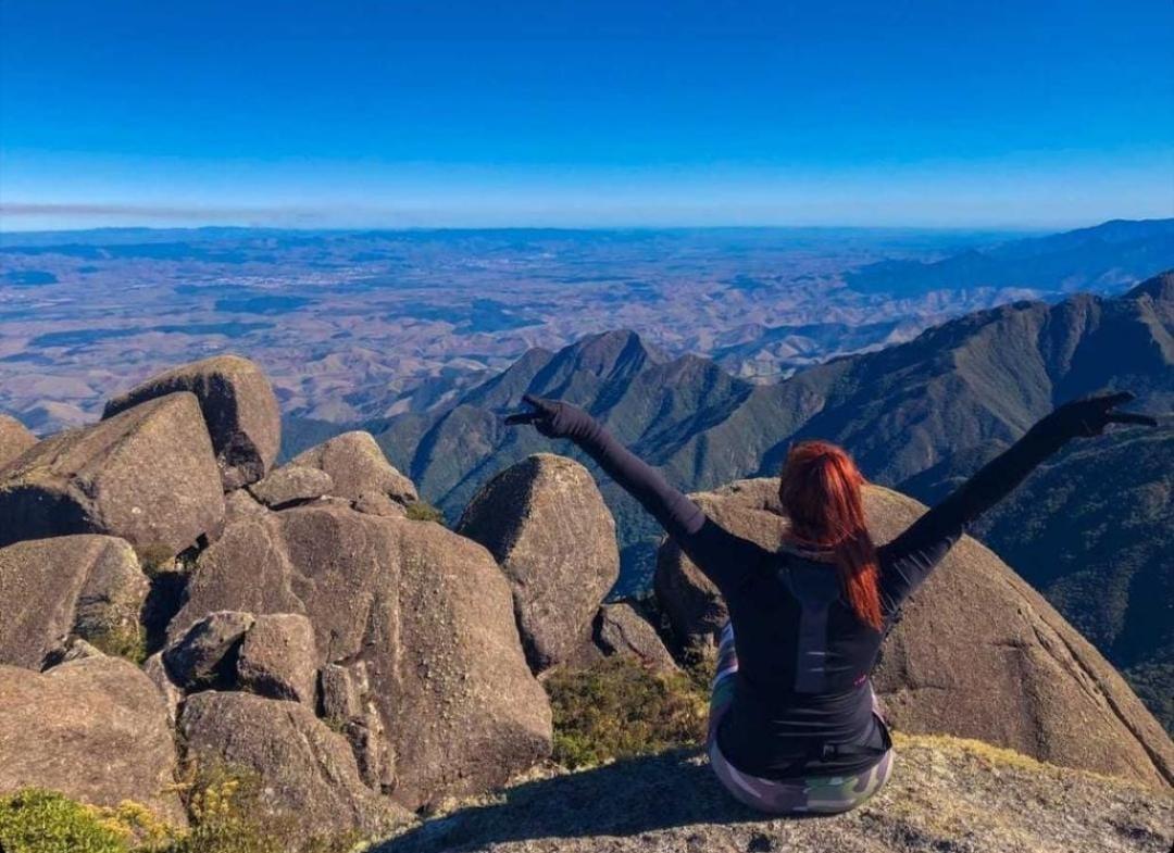 Fabiola Zuckert demonstrando o lado aventureiro no Pico do Itaguaré