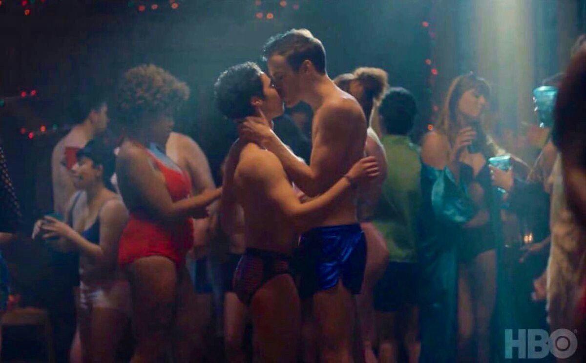Cameron Boyce interpreta personagem LGBT em minissérie da HBO e beija outro homem em cena