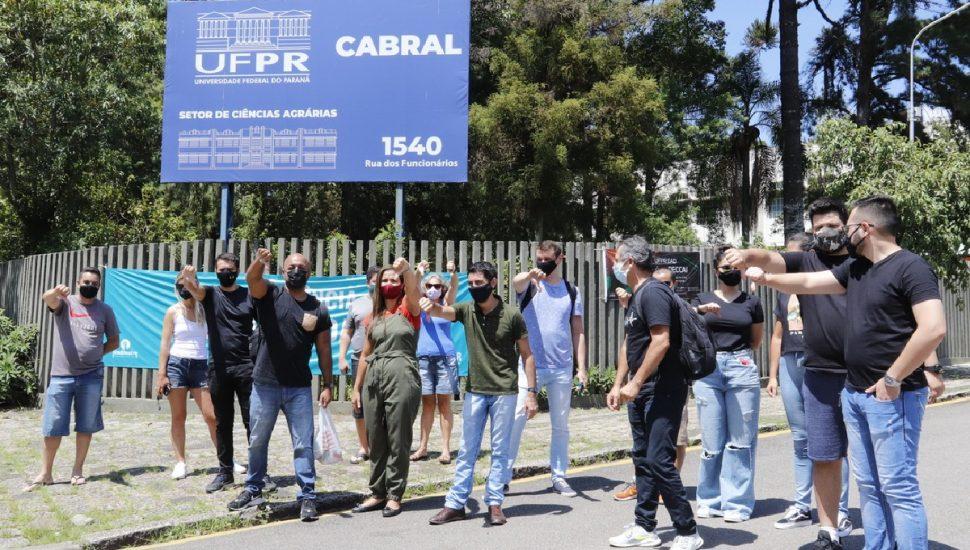 Candidatos protestam contra a suspensão do concurso. Fonte: Átila Alberti/Tribuna do Paraná