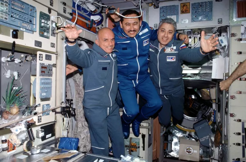 Dennis Tito (à esquerda) foi o primeiro turista espacial, em 2001 (Foto: Nasa)