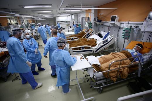 Médicos durante atendimento a pacientes infectados por coronavírus. Diego Vara/REUTERS