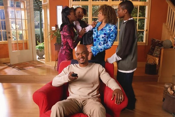 Família Kyle reunida na sala e Jazz Raycole como Claire (Divulgação / SBT)