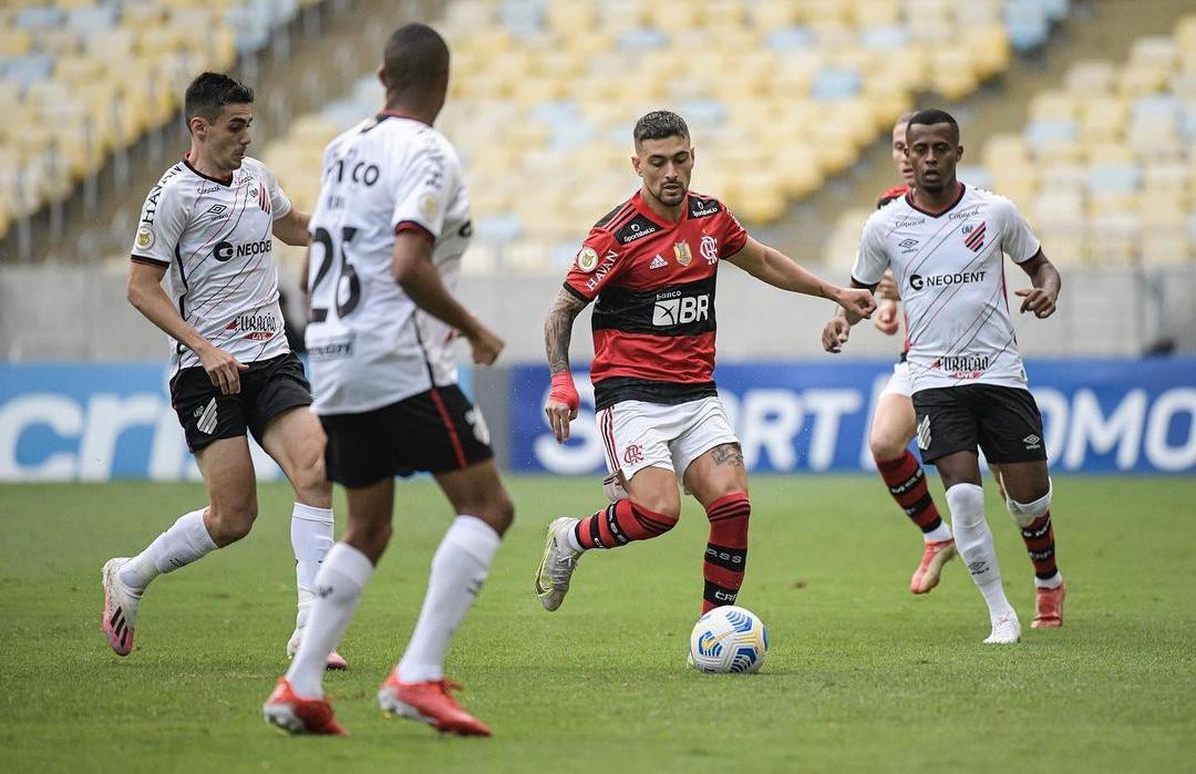 Flamengo vence Athletico-PR no Maracanã