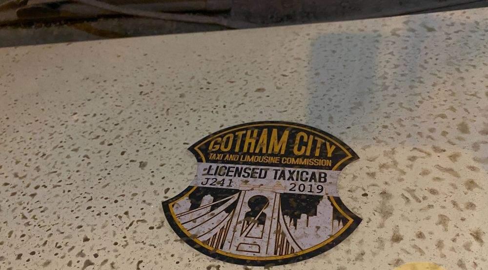 (Imagem do imblema de taxi de Gotham City. Reprodução: Lega Nerd)