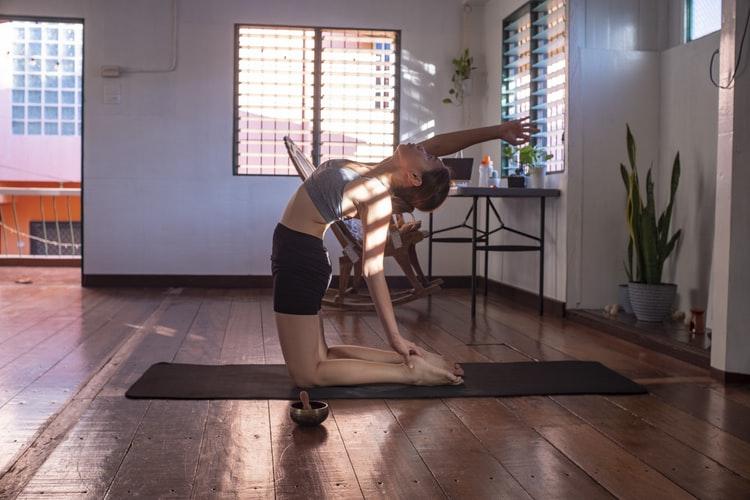 Mulher realizando exercício de yoga. Foto: Unsplash