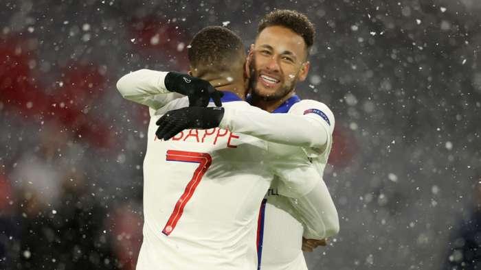 A dupla Neymar e Mbappé se abraçam em comemoração do primeiro gol feito na partida (Foto: Divulgação/GettyImages)