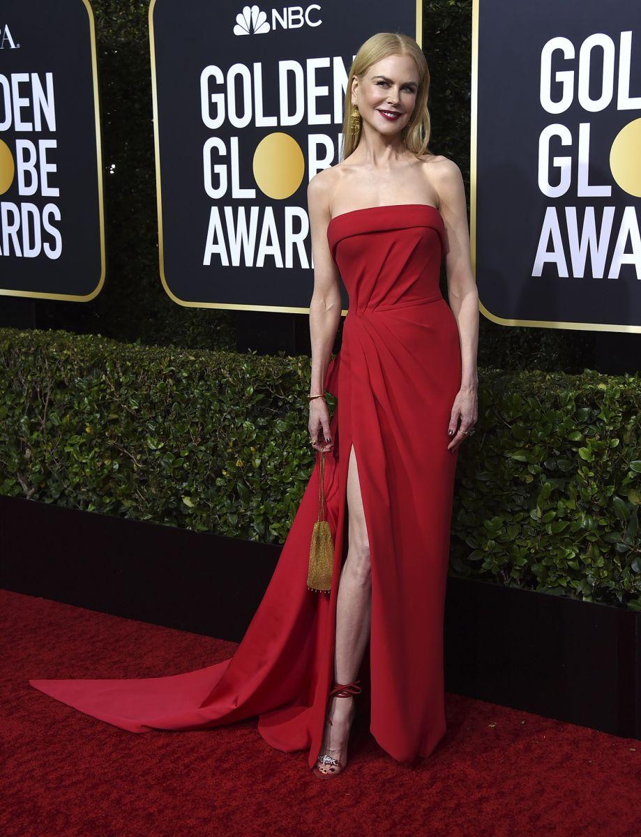 Nicole Kidman posa no tapete vermelho do Globo de Ouro 2020, usando um longo vestido vermelho, tomara que caia e um leve drapeado na parte superior.— Foto: Jordan Strauss/AP