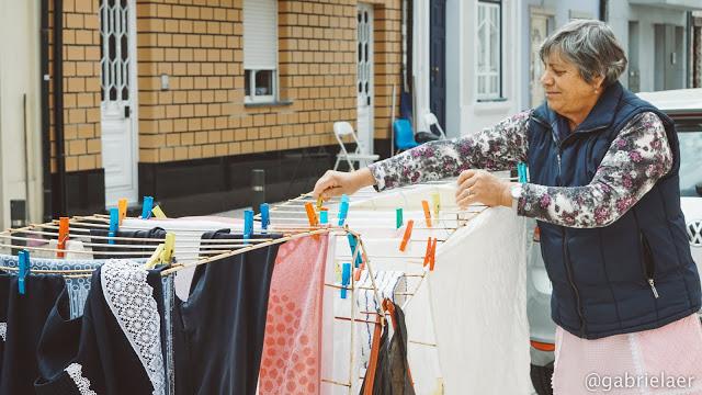 Dona Fátima e suas roupas lavadas (Foto: Arquivo Pessoal)