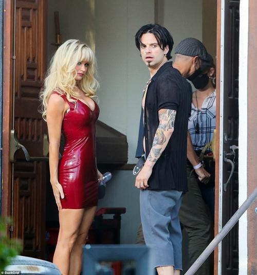 Sebastian Stan e Lily James no set de Pam & Tommy