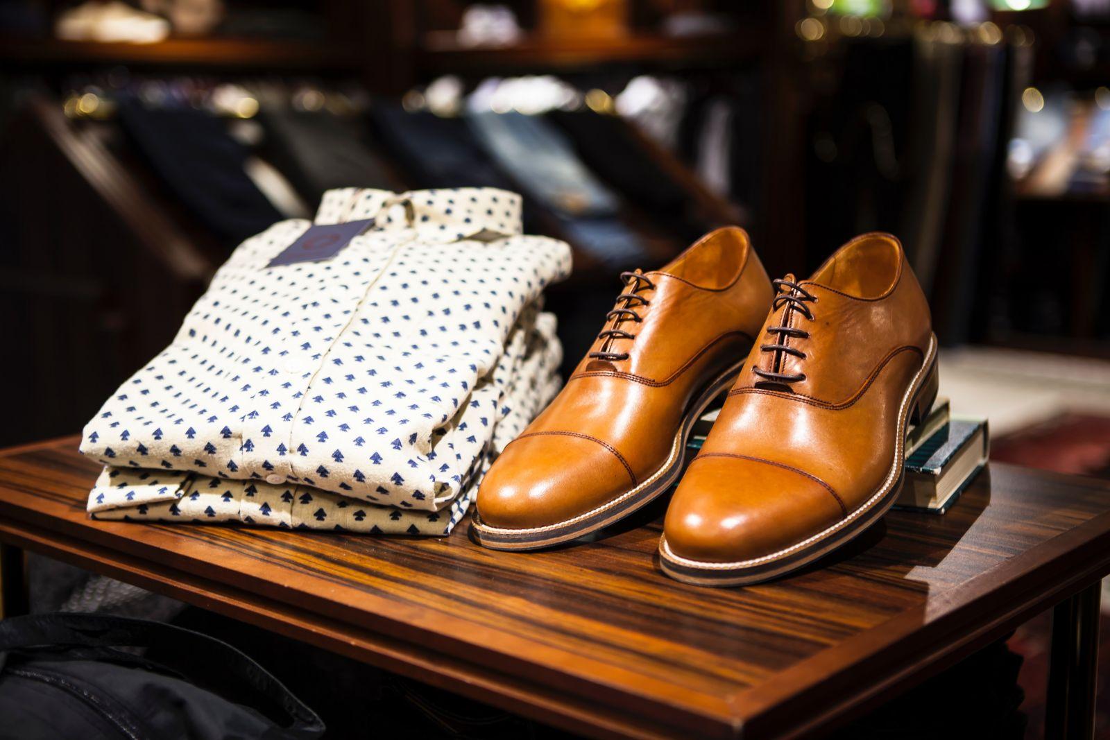 Uma boa camisa alinhada ao corpo e um sapato marrom são itens que fazem a diferença no estilo masculino | Reprodução / Foto de Terje Sollie no Pexels
