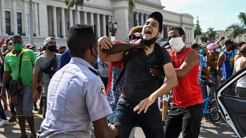 Homem sendo preso durante os protestos do dia 11 de julho em Cuba (Foto: Getty Images)