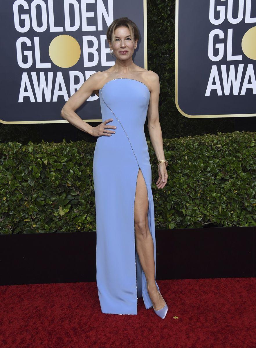 Renee Zellweger apostou em um longo vestido tomara que caia, na cor azul e com fenda lateral. — Foto: Jordan Strauss/AP