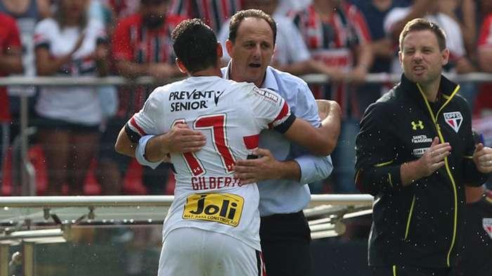 Gilberto abraçando o então treinador, Rogério Ceni. (Foto: Rubens Chiri / saopaulofc.net)