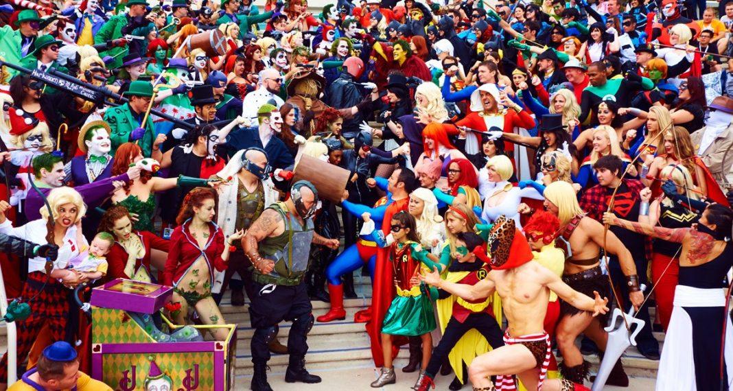 Grande congregação de cosplayers jubilosos na Comic-Con de San Diego. Imagem: Os Illuminerdi/ Fonte: News Landed.
