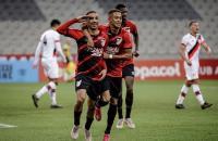 Athletico Paranaense bate Atlético GO de virada e lidera o Brasileirão