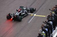 Lewis Hamilton chega à sua 100ª vitória em corrida dramática no fim