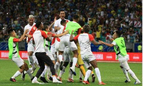 Seleção peruana segura pressão uruguaia e passa nos pênaltis