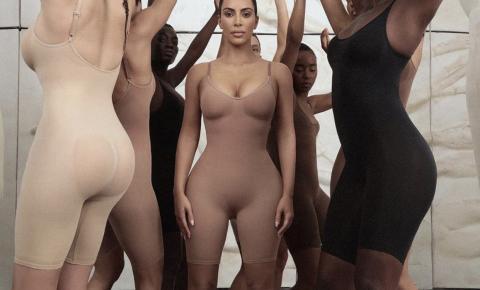 Após divulgação das peças de modeladores, Kim Kardashian enfrenta polêmica devido a escolha do nome da sua nova marca de roupa íntima
