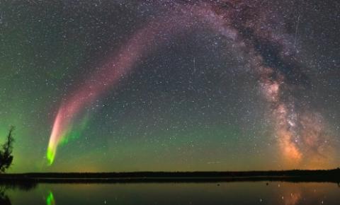 Steve o fenômeno misterioso que pinta o céu de violeta e verde