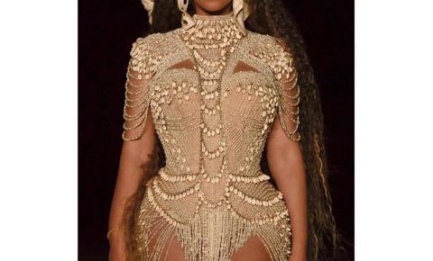 Beyoncé impressiona com look brasileiro no clipe de Spirit