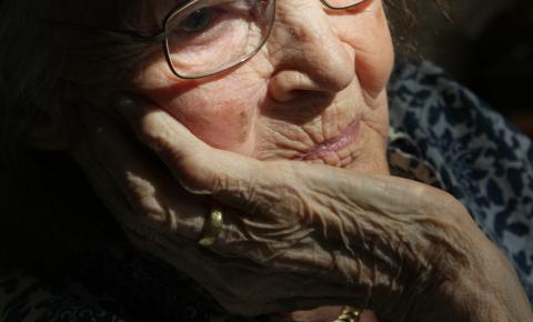 Velhice e solidão: violações contra idosos maltratam a mente e o corpo