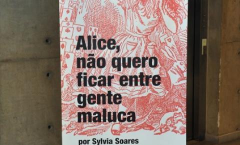 A artista plástica Sylvia Soares exibe na USP uma releitura de 'Alice no País das Maravilhas'