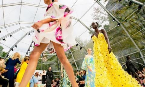 Atitude contemporânea e estampas femininas , confira o desfile Carolina Herrera no NYFW
