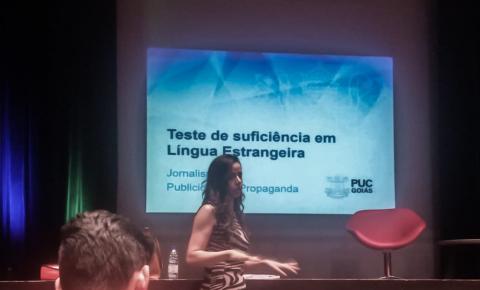 Professora de inglês realiza workshop sobre o teste de suficiência da PUC-Goiás